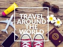 Configuração lisa do passaporte, do móbil, do modelo plano, das sapatilhas vermelhas e dos artigos dos acessórios do ` s do viaja fotos de stock royalty free