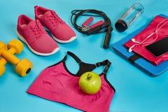 Configuração lisa do peso, da garrafa da água, da corda de salto e da sapatilha, equipamentos de esporte, artigos da aptidão, vis Imagens de Stock
