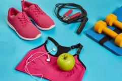 Configuração lisa do peso, da garrafa da água, da corda de salto e da sapatilha, equipamentos de esporte, artigos da aptidão, vis Fotografia de Stock