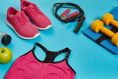 Configuração lisa do peso, da garrafa da água, da corda de salto e da sapatilha, equipamentos de esporte, artigos da aptidão, vis Imagem de Stock Royalty Free