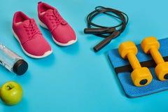 Configuração lisa do peso, da garrafa da água, da corda de salto e da sapatilha, equipamentos de esporte, artigos da aptidão, vis Fotos de Stock