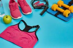 Configuração lisa do peso, da garrafa da água, da corda de salto e da sapatilha, equipamentos de esporte, artigos da aptidão, vis Fotos de Stock Royalty Free