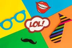 Configuração lisa do sumário das máscaras do carnaval do cartão do grupo do partido no fundo colorido foto de stock royalty free
