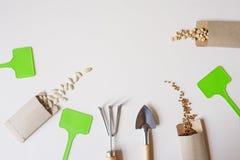 configuração lisa do trabalho do jardim da mola com as sementes vegetais em envelopes feitos a mão imagens de stock