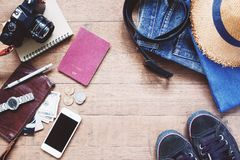 Configuração lisa dos artigos do ` s do viajante, acessórios essenciais das férias do viajante esperto novo fotografia de stock