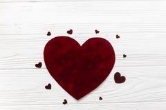 Configuração lisa dos corações grandes e pequenos de veludo à moda nos vagabundos de madeira brancos Imagem de Stock Royalty Free