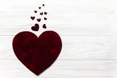 Configuração lisa dos corações grandes e pequenos de veludo à moda nos vagabundos de madeira brancos Imagens de Stock Royalty Free