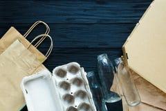 Configuração lisa dos desperdícios de papel como sacos, caixas prontas para reciclar no fundo cinzento fotos de stock royalty free
