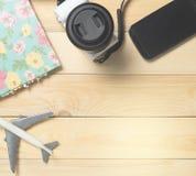 Configuração lisa dos equipamentos do viajante do ar na madeira Fotografia de Stock Royalty Free