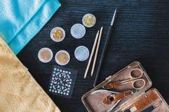 Configuração lisa dos vernizes para as unhas e de toalhas coloridas Imagens de Stock