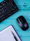 Configuração lisa, mesa da tabela do escritório da vista superior Espaço de trabalho com o livro de nota vazio, teclado, materiai foto de stock royalty free
