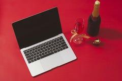 Configuração lisa, mesa da tabela do escritório da vista superior Espaço de trabalho com portátil e imagem de stock royalty free