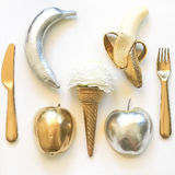 Configuração lisa Phot - maçãs do ouro e da prata, bananas, utensílios de mesa Imagem de Stock