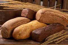 Configuração lisa vária dos pães no fundo de madeira com espaço da cópia Padaria, conceito do alimento fotos de stock