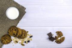Configuração lisa Vidro do leite na tabela Biscoitos de farinha de aveia com pedaços de chocolate fotos de stock royalty free