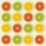 Configuração-teste padrão liso feito das fatias do limão, cal no backgro amarelo Imagens de Stock