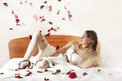 Configurações da noiva em uma cama. foto de stock royalty free