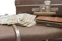 Configurações do dinheiro em uma mala de viagem velha foto de stock