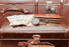 Configurações do dinheiro em uma mala de viagem velha fotografia de stock royalty free