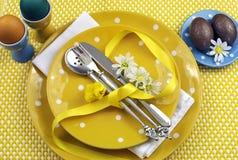 Configuración amarilla de la mesa de comedor de Pascua del tema Foto de archivo
