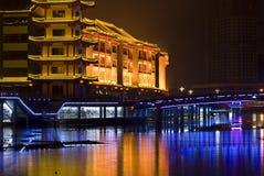 Configuración antigua y puente del estilo chino Foto de archivo