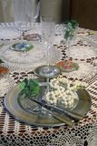 Configuración de la cena y collar de la perla imagen de archivo