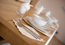 Configuración de lugar blanca del desayuno de la loza Imágenes de archivo libres de regalías