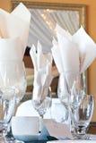 Configuración de lugar con los vidrios de vino y la tarjeta del lugar Fotos de archivo