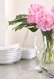 Configuración de lugar y platos blancos, peonies Fotografía de archivo
