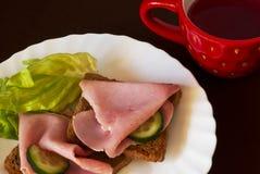 Configuración del desayuno con la taza de té Fotos de archivo libres de regalías