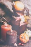 Configuración del otoño con las velas y las calabazas Fotografía de archivo libre de regalías
