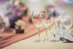 Configuración del vector de la boda Tabla hermosa fijada con las flores y los glas Fotografía de archivo libre de regalías