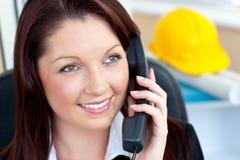 Configuración femenina Self-assured que habla en el teléfono Imagen de archivo libre de regalías