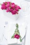 Configuración festiva de la mesa de comedor con las rosas rosadas Imágenes de archivo libres de regalías
