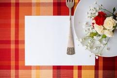 Configuración festiva del vector con las flores y la loza del vintage, te de la tarjeta Foto de archivo