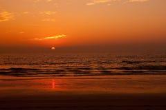 Configuración hermosa de Sun sobre un mar tropical Foto de archivo libre de regalías