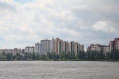 Configuración moderna cuartos residenciales modernos en los bancos del río de Neva Imagenes de archivo