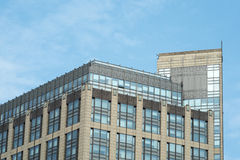 Configuración moderna de la oficina debajo de los cielos azules Foto de archivo