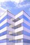 Configuración moderna Fachada del edificio de oficinas con algunas reflexiones sobre el vidrio y el hormigón Fondo de la simetría imagenes de archivo