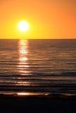 Configuración Sun sobre el océano. Bahía de Largs, Australia Imagen de archivo libre de regalías