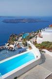 Configuración tradicional del pueblo de Oia en la isla de Santorini Imágenes de archivo libres de regalías