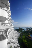 Configuración tropical del centro turístico y cielo azul Fotos de archivo libres de regalías
