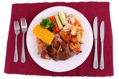Configuración completa de la cena de la carne asada Fotografía de archivo