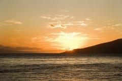 Configuración de Sun detrás de la isla. Fotografía de archivo