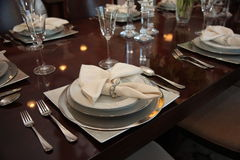 Configuraciones de lugar formales de la cena foto de archivo