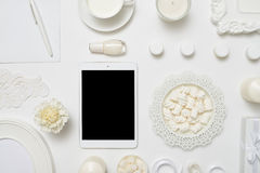 Configuration blanche d'appartement d'espace de travail d'eminine avec le comprimé Photos stock