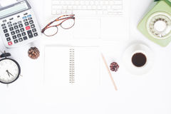Configuration créative d'appartement d'espace de travail avec l'ordinateur portable blanc Photos libres de droits
