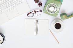 Configuration créative d'appartement d'espace de travail avec l'ordinateur portable blanc, rétro style Images libres de droits