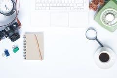 Configuration créative d'appartement d'espace de travail moderne avec l'ordinateur portable blanc Images stock