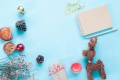Configuration créative d'appartement de carnet de métier, d'ornements de Noël et de boîte-cadeau sur le fond de couleur en pastel Photos stock